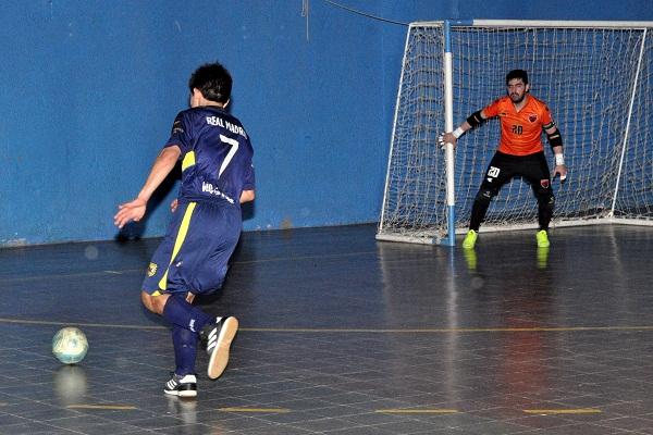 Franco Yacante en acción, Lucas Martinez atento cubre su primer palo